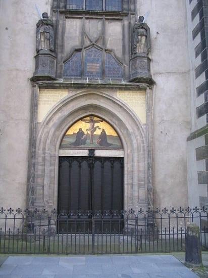 450px-Wittenberg_Schlosskirche_Thesentuer (1)